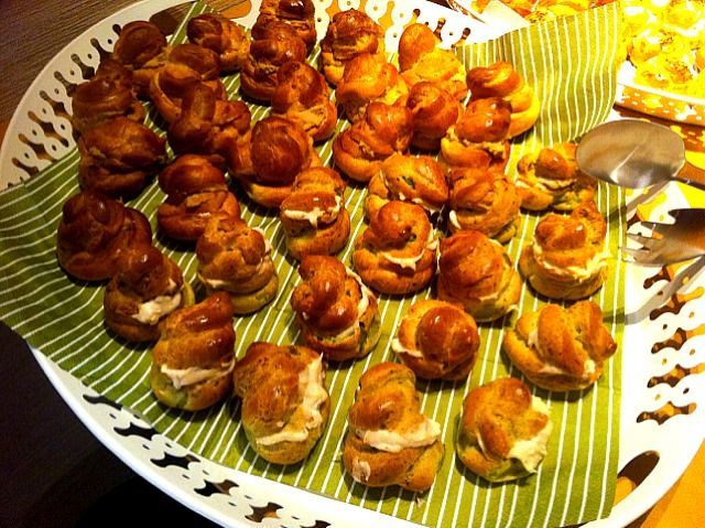 スイーツでなく、サンドイッチのように中身にいろいろ入れたシュー - 12件のもぐもぐ - グジェール〜ツマミのシュー、中身はタラモ、ヒヨコ豆のペースト等 by kosuke