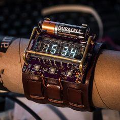 これかっこいい。。。  デジタルサイネージやイルミネーションサイネージなどの用途で新たな用途が開拓されつつあるVFD(蛍光表示管)。 そのVFDとAVRマイコン、単三乾電池を利用して、超絶にクールでスチームパンクな腕時計が開発されました。    VFDは、IVL2-7/5デジタルディスプレイを使用。 マイコンはAtMega88、それにMaxim DS3231 RTC(リアルタイムクロック)をカ��