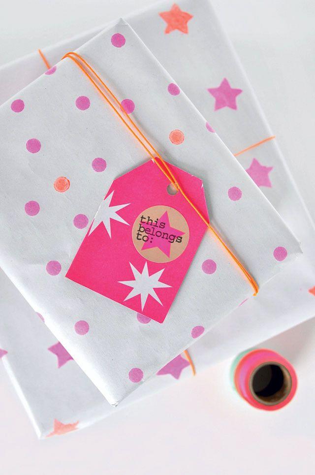 DIY Wrappingpaper - Zelfmaakidee: inpakpapier 101 Woonideeën Kijk op www.101woonideeen.nl