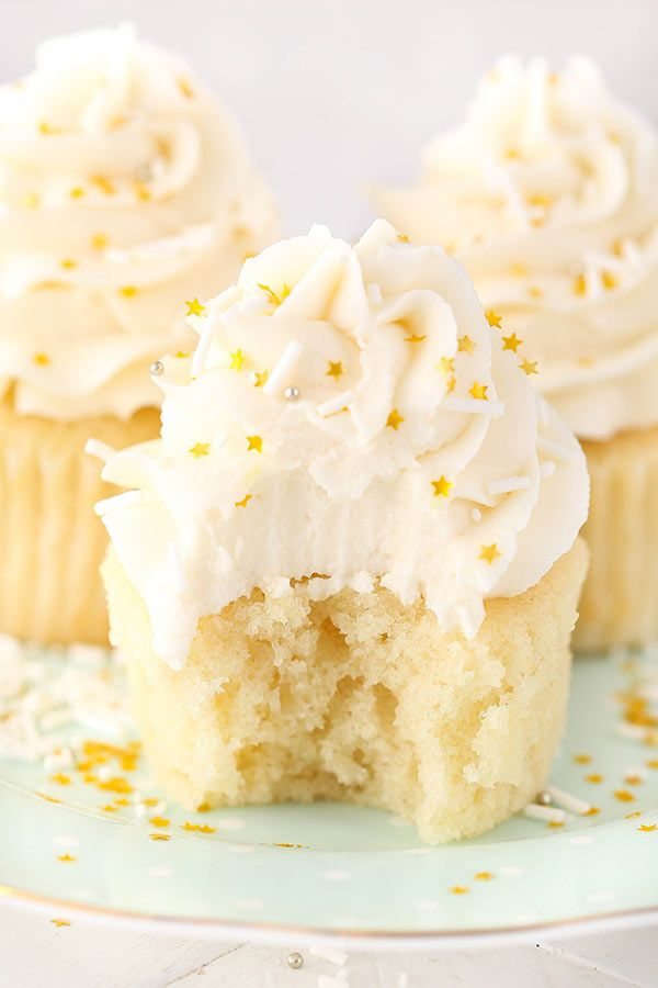 These Moist Vanilla Cupcakes are super easy to make and so moist – for days!