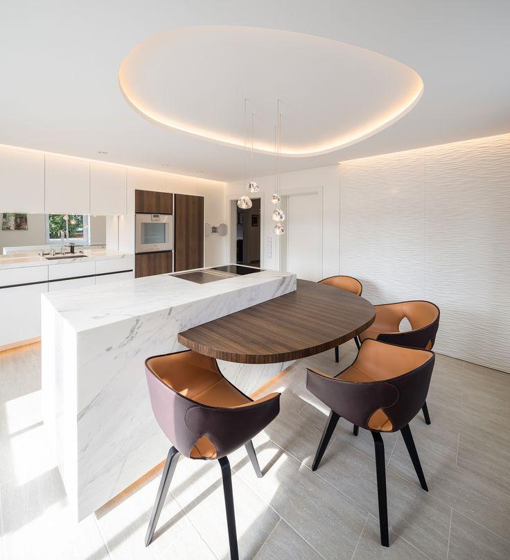 Reimann Interior & Design I private residential kitchen by Julius Reimann - calacatta statuario center element, soft architecture light design and Poltrona Frau Ginger dining chairs...