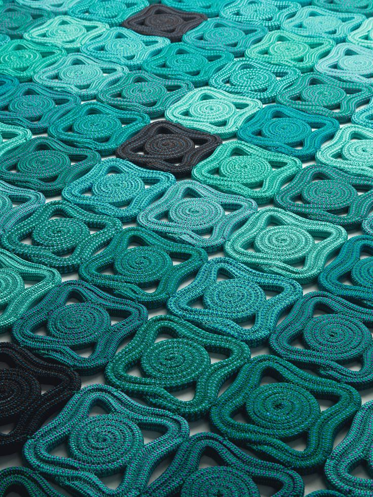 Handmade rug with geometric shapes BISANZIO by @paola_lenti
