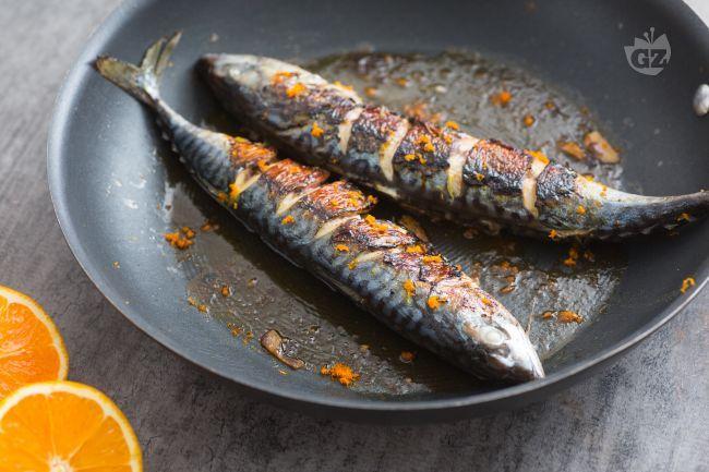 Lo sgombro all'arancia è un secondo piatto di pesce aromatico e saporito. Le carni sode dello sgombro assorbiranno tutto il gusto di questi agrumi.