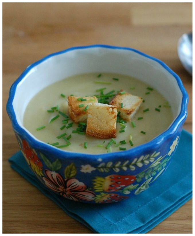 Quick, healthy, and delicious vegan potato leek soup with roasted garlic. The perfect winter weeknight meal.