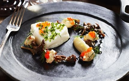Bakad hälleflundra med jordärtskockpuré. #huvudrätt #fisk #festmeny