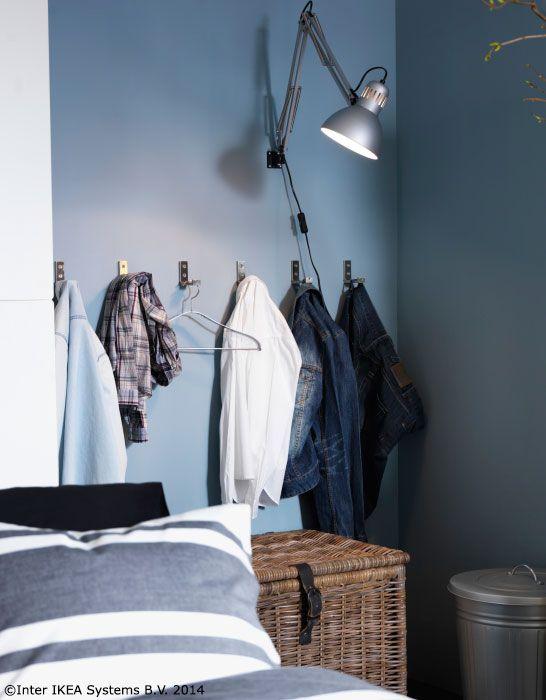 Agață în cârlige pantalonii și bluzele pe care vrei să le mai porți o dată înainte să le speli. Așa economisești apă și timp pe care l-ai consuma călcând. www.IKEA.ro/carlig_BJARNUM