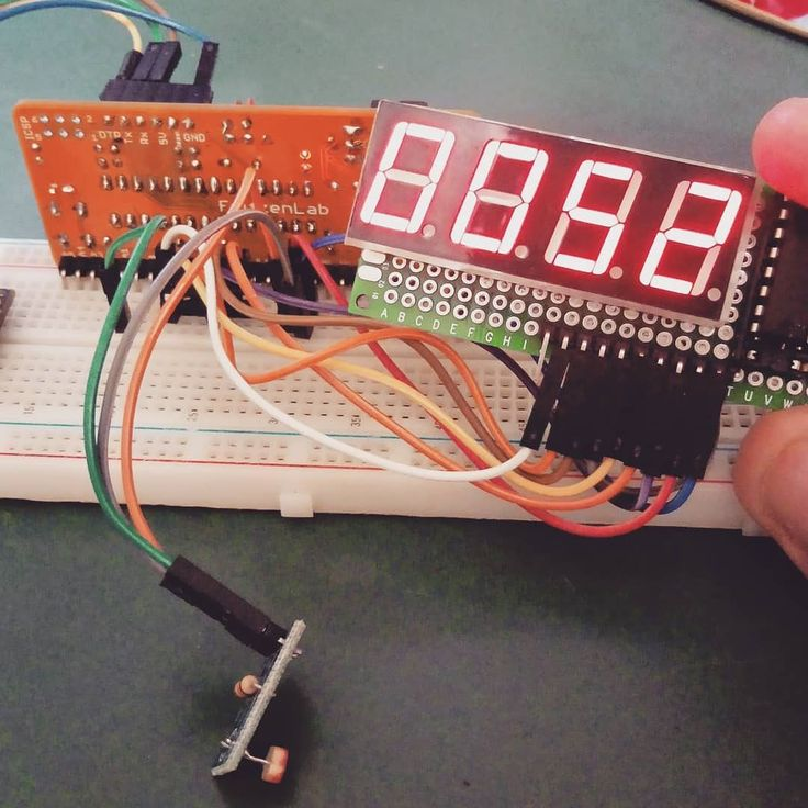 Placa 'Fritzen Proto' (compatível com Arduino) lendo um LDR (analógico) e mostrando o valor (0-1024) em display 7-segmentos 4-dígitos.  En-US: Arduino-compatible 'Fritzen Proto' Reading an LDR and printing its 0-1024 value to a 4-digit 7-segment LED display. . . . . #Arduino #led #leddisplay #fritzenProto #fritzenmaker #fritzenlab #ArduinoDisplay #electronics #breadboard #prototype