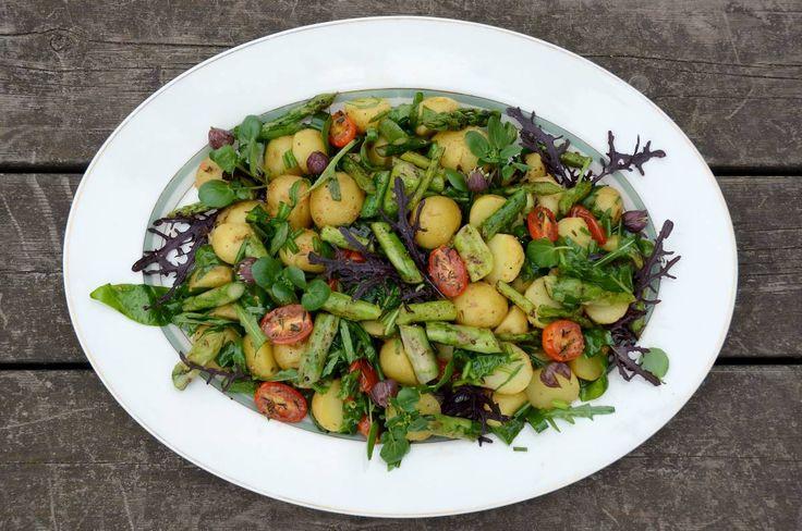 Lækker, kold kartoffelsalat af nye kartofler vendt i dressing af olie, æblecidereddike og dijonsennep. Kartoffelsalaten indeholder desuden asparges og tomater bagt med sojasauce, honning og timian.