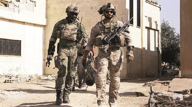 ABD, terör örgütü PKK'ya Rakka saldırısında hava ve topçu ateşiyle verdiği desteği genişletti. Amerikan Özel Kuvvetlerine bağlı askerler, Rakka'da PKK'lı teröristler ile birlikte omuz omuza savaşmaya başladı.