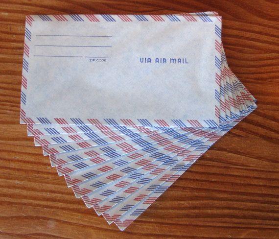 il y avait des enveloppes pour le courrier par avion et le papier tout fin qui allait avec... Mon père habitait dans le Pacifique et je les utilisais!