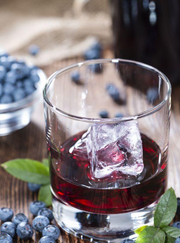 Čučoriedkový likér - Recept pre každého kuchára, množstvo receptov pre pečenie a varenie. Recepty pre chutný život. Slovenské jedlá a medzinárodná kuchyňa