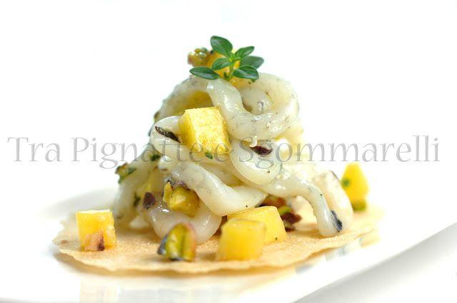 Piccola insalata con calamari cotti a bassa temperatura, mango, pistacchi, polvere di liquerizia e fiocchi di sale nero | Tra pignatte e sgommarelli