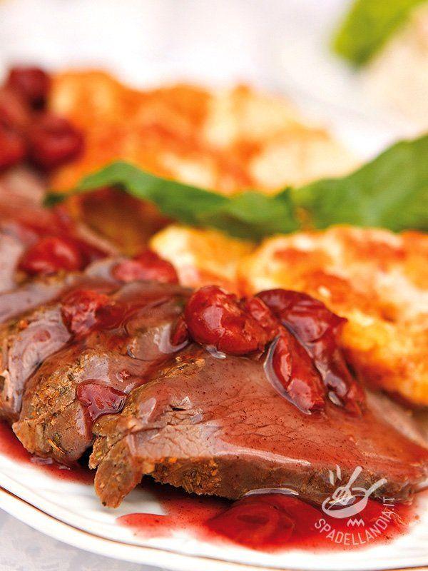 Il Manzo alle ciliegie è un secondo di carne insolito: ciliegie snocciolate, senape dolce, marsala secco e aromi mediterranei lo rendono davvero invitante!