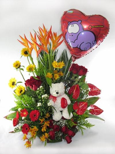 Elegante y hermoso arreglo con variedad de flores acompañado por tierno y romántico peluche y globo metálico.