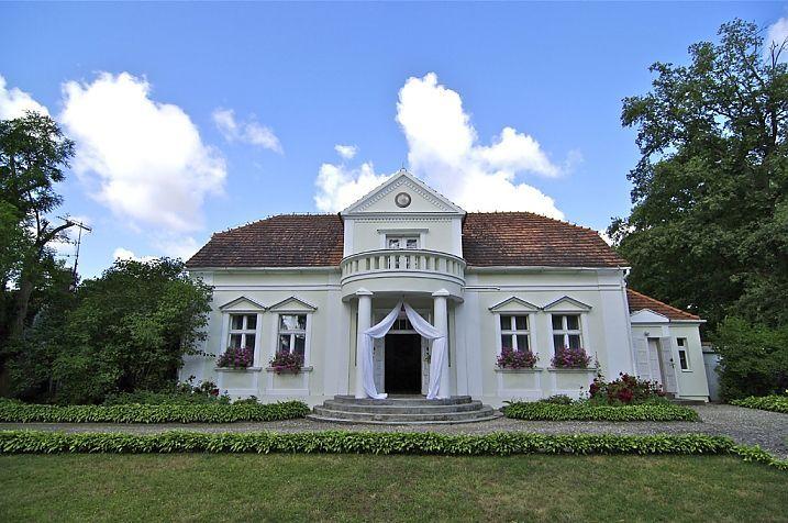 Grzebienisko - Dworek z przełomu XIX i XX wieku był własnością rodziny Mycielskich. Obecnie w dworku organizowane są wesela i inne, okolicznościowe imprezy.
