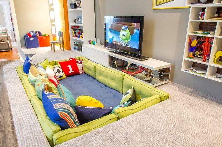 """Segundo o designer Marcel Steiner, o sofá embutido em caixas de madeira ou de alvenaria confere à """"Suíte do Menino"""", um dos espaços da Casa Cor São Paulo, uma atmosfera dos anos 70 e 80"""