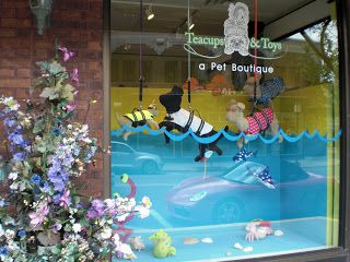 Non, non, il ne s'agit pas d'un magasin de jouets mais bel et bien d'un magasin d'accessoires pour animaux domestiques... Vu à Birmingham, Michigan, USA