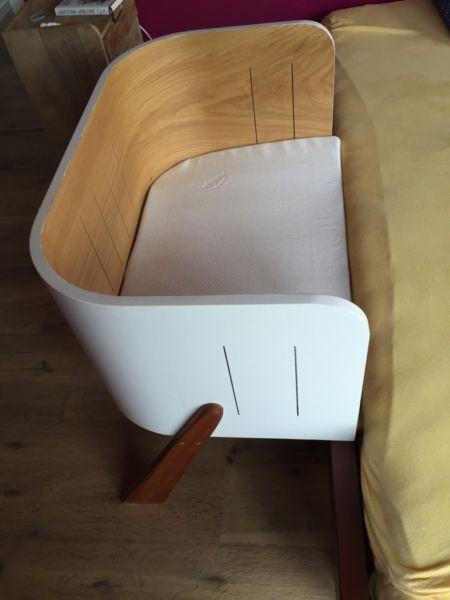 Selbstgebautes Baby Anbaubett, Innenmaße eines Babybay (hiervon ist auch die Matratze). Das Bett wird einfach an das Bett der Eltern angehängt und mit der Elternmatratze festgeklemmt. Das Bett ist auf eine Höhe von 34,5 cm ausgelegt, kann aber durch Absägen der Füße auch für niedrigere Betten genutzt werden. Innenbereich aus furnierter Eiche