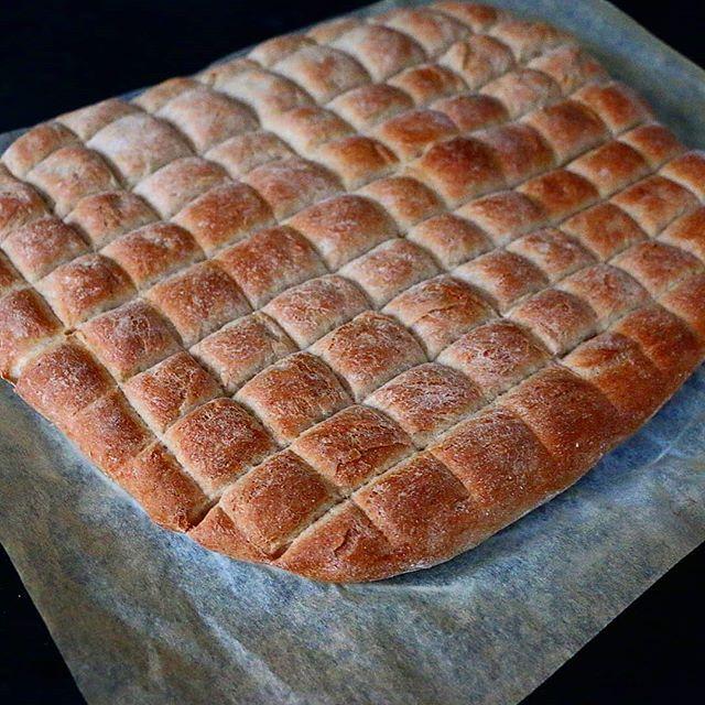 Heute haben wir das besten aus Schnee und Kälte gemacht und ein Käsefondue genossen. Dafür habe ich extra ein Fonduebrot gebacken. Das Rezept für das Brot gibt es schon mehr als 4 Jahre im Blog.  #fondue #kässefondue #cheesefondue #brot #fonduebrot #cakescookiesandmore #schweizerfoodblog #swissfoodblog #backen #hefeteig