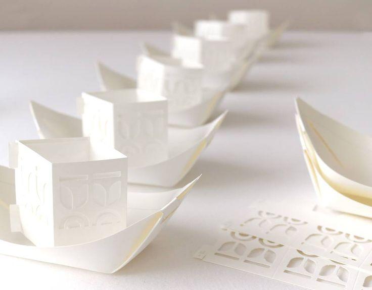 Varende lichtbootjes van papier. Een betoverend schouwspel tijdens een event, bruiloft of herdenking. Schrijf je wensen of gedachten op de reling en laat ze deze prachtige design bootjes te water.