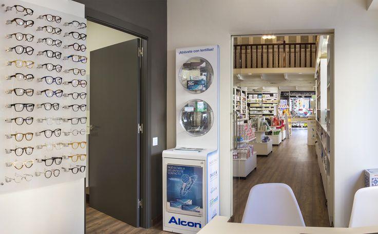 Detalle sección de óptica de Farmàcia Estrany