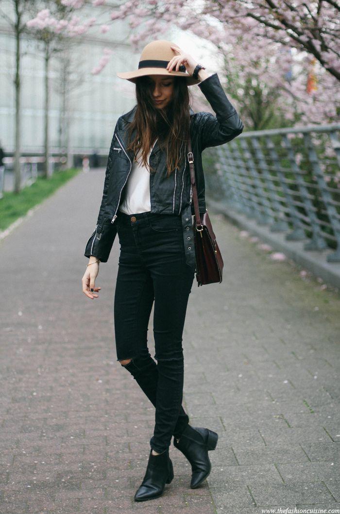pikowana skórzana kurtka strój, dyskietki kapelusz, kwiaty wiśni, czarne dżinsy zgrywanie na kolana