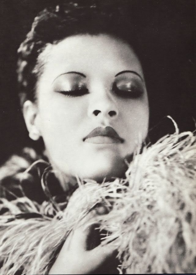 one of my favorite photos of Billie Holiday. I used to have a copy of it, but I've moved so often I lost it. #BillieHoliday