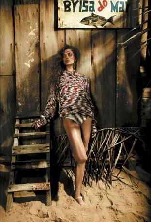 Maxi pull in cotone mélange, Stella McCartney; slip-bikini a righe con lurex, Tezenis. Sandali in gomma con suola di pelle, Chanel.