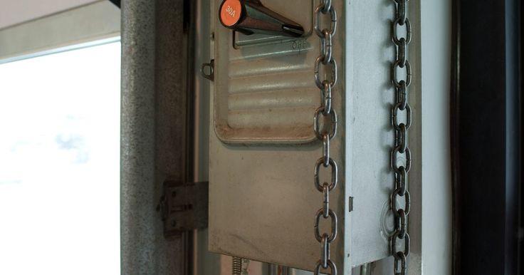 Cómo abrir una puerta de garaje automática. Las puertas automáticas del garaje son una conveniencia moderna al igual que el control remoto del televisor. No salir más a la lluvia o la nieve, no exponerte a los extraños que están al acecho y no buscar las llaves de la puerta a tientas en la oscuridad, son apenas algunas ventajas. Pero, ¿qué pasa si la luz se va? ¿Sabes cómo abrir la puerta ...