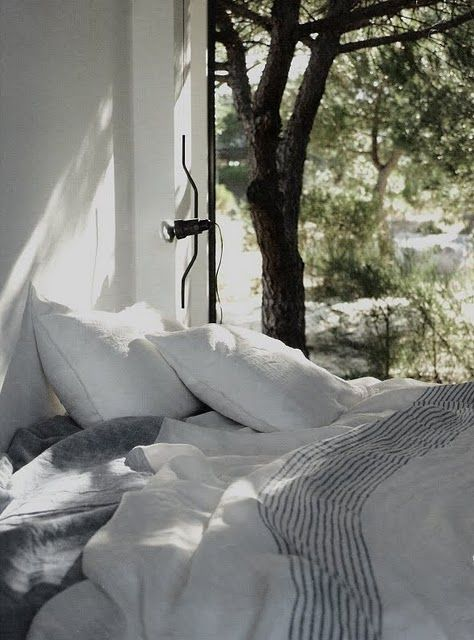 This photo exemplifies everything about Aina's 'Modern Country' blog that I love: light, linen, nature, natural.  I get a pang of beauty-pain when I look at it!