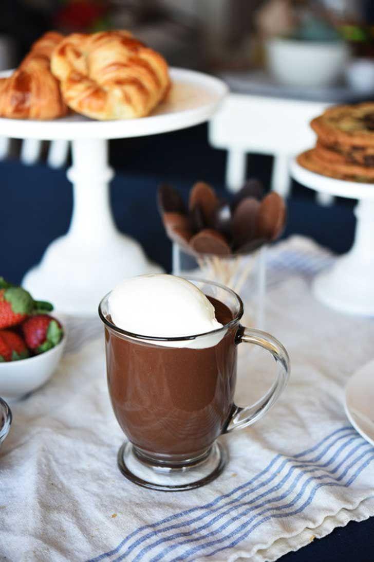 Chocolate caliente con crema batida del chef Jacques Torres...