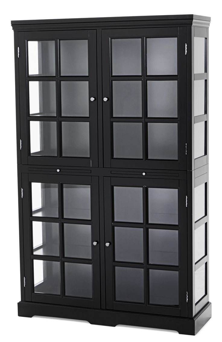 Ett vackert vitrinskåp med klassisk charm och mjukt formspråk. Eleganta Arielle blir med sin gedigna storlek rummets mittpunkt och drar alla blickar till sig. Visa upp ditt finaste porslin, mest läsvärda böcker eller dina bästa sängkläder bakom de fyra spegeldörrarna och sidopanelerna med glasrutor. Mellan de fyra dörrarna finner du två praktiska utdragbara avlastningshyllor. Hyllplanen i vitrinskåpet är i massivt trä och tål en vikt på upp till 20 kg per hyllplan. Arielle är formgivet av…