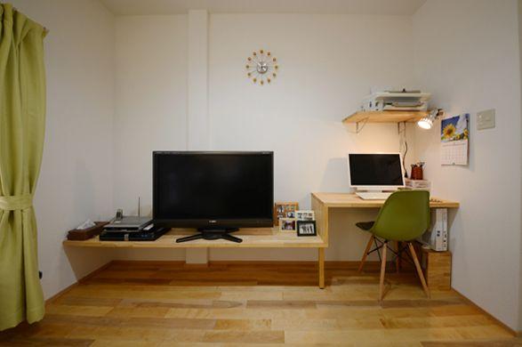 和室の隅にあったパソコンを、リビングへ。違い棚のようなテレビボード&デスクも今回の工事で造作。