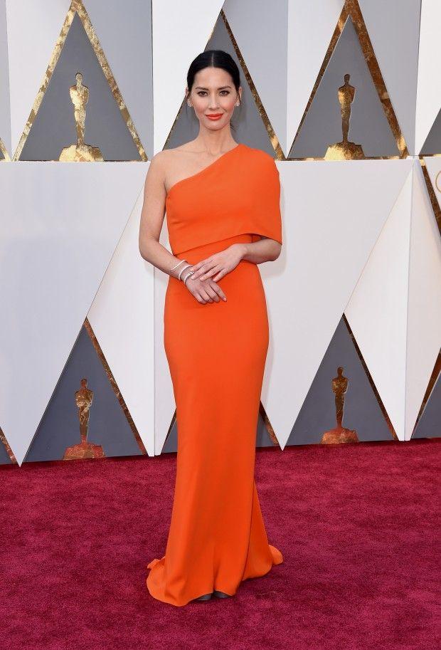 Quer inspiração de vestido de festa com cor vibrante? Esse modelo laranja de um ombro só que Olivia Munn usou no tapete vermelho do Oscar 2016 é um lindo exemplo de vestido clássico e simples.