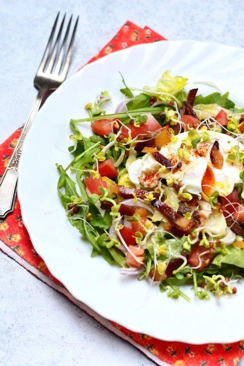Friss saláta buggyantott tojással recept