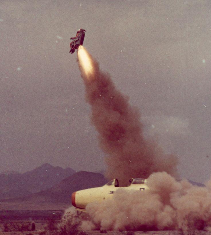 Collaudo con un manichino di un sistema di espulsione di emergenza. Arizona, 1963  Fotografia di Robert Sisson, National Geographic