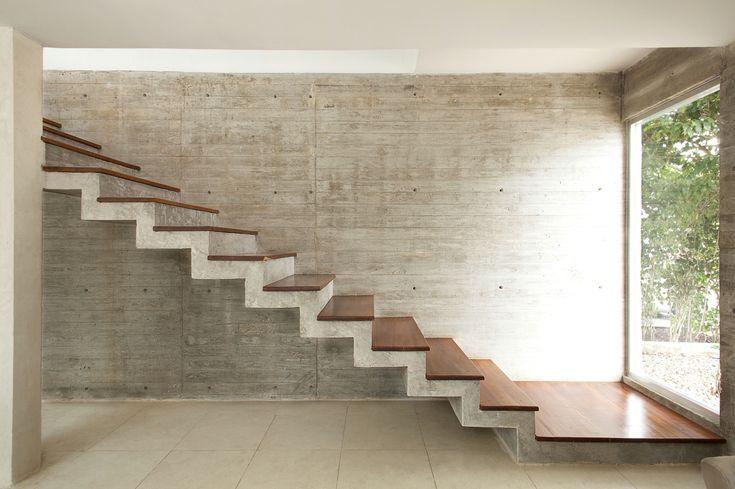 Escalera y muros de concreto armado.                                                                                                                                                      Más