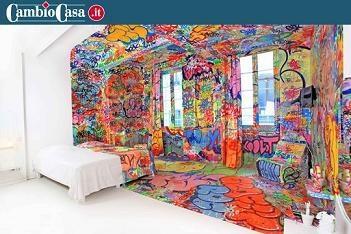 """Camera a metà.  Se le tinte unite sono monotone ma i colorati dopo un po' stancano, ecco una stanza che mette d'accordo tutti. Il nome in realtà è inquietante, """"Panic room"""", ma si tratta della camera più creativa e artistica dell'hotel Au Vieux Panier di Marsiglia, in Francia.   Tutto, ma proprio tutto è perfettamente diviso, dalle pareti al letto, lo specchio, i pavimenti, le lenzuola, le tende, persino un vaso di fiori e la penna di cortesia."""