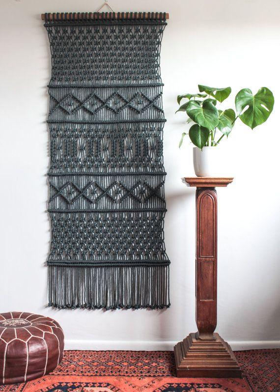 Artículos similares a Colgante de pared de macrame > enrejado > 100% algodón cuerda en carbón de leña de bambú en Etsy