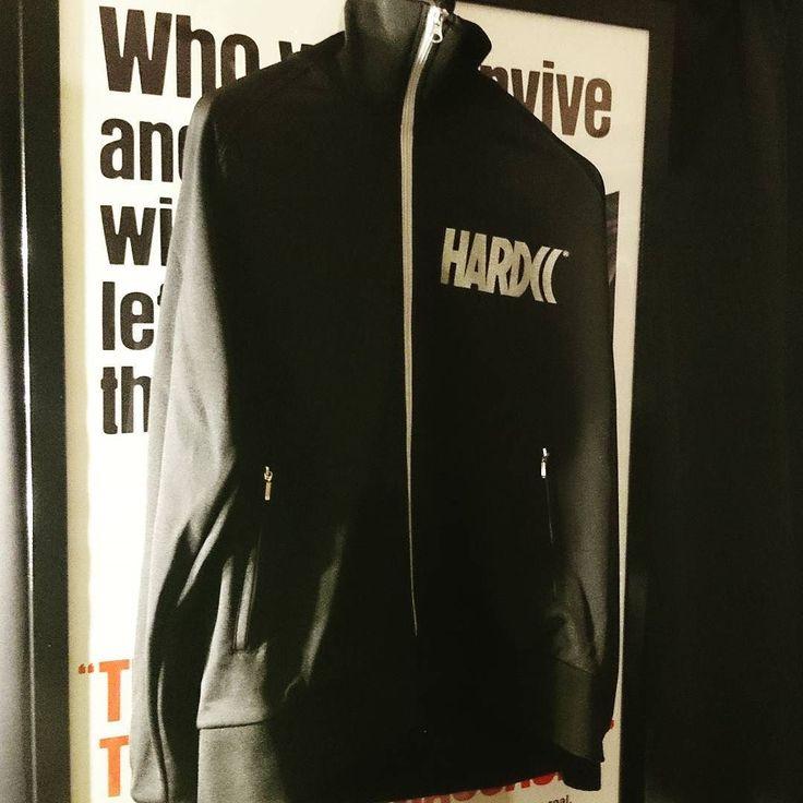 コアチョコジャージ届いた 5000位やったから中々良いんじゃないかな  #ハードコアチョコレート #hardcorechocolate #コアチョコ #HDCC #ジャージ #また黒買ってしもた #黒色の服 は #ヲタ と #蝶野正洋 の #基本的なファッションです #僕は短髪サングラスではないので #きっとヲタのほう #ガッデム by tf.mania