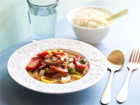 Falukorv går att använda till mycket. Här tar den plats i en härligt smakrik röd currygryta med grönsaker. Enkelt och gott. Recept: Mari Bergman  Foto: Susanna Livijn Wexell