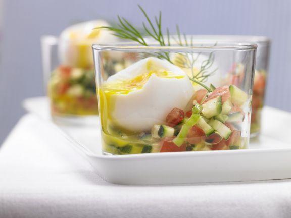 Eier im Glas mit pikanter Gemüse-Salsa - ein leckerer Frühstücksklassiker für die bevorstehenden Ostertage!