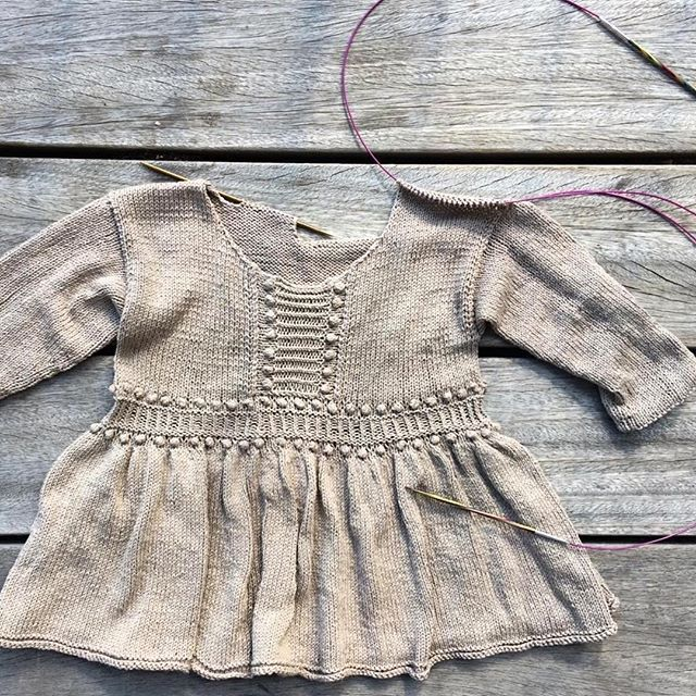 What we knit now.. A Bohemian pearl top perfect for fall! #bohemeperletop #bohemianpearltop #fallknits #høststrikk #knitting_inspiration #wikn #påpinnene #strikkeglede #jentestrikk #jenteklær #barnestrikk #barneklær #danskdesign #danishdesign #nordicknits #silk #knittingforolivespuresilk #knittersofinstagram #knittingaddict #knittingforolive
