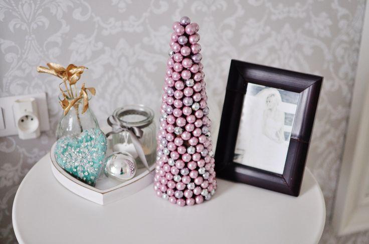 fashionable.com.pl christmas,decor,  badroom, christmas tree, heart, photo, white, sweet home, dom, dekoracje świąteczne, święta, dekoracje, sypialnia, choinka, perłowa choinka, różowa choinka, serce, stolik nocny