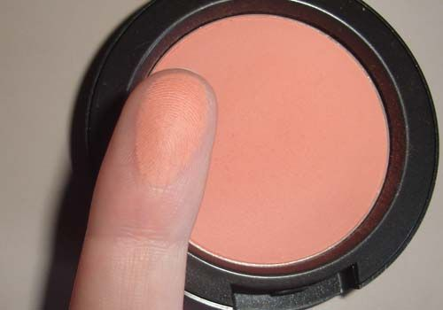 MAC Peaches blush ♡ is it a good blush to have because it complements every skin tone. I love it ♡