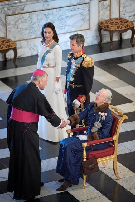 Her hilser Henryk Josef Nowacki, der repræsenterer Vatikanstaten, på hendes majestæt.