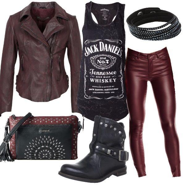 Leggings e chiodo in pelle bordeaux per questo outfit total rock. I bikers con fibbia e borchie, il bracciale in cuoio con borchiette e la canottiera con stampa sono neri. Per completare l'outfit, la borsa con borchie, bicolore, nera e bordeaux.
