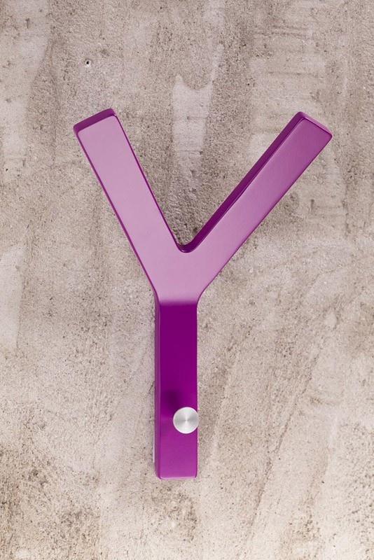 Milano Y-knage - Y-knagen har funktion som både en knage men også et moderne kunstnerisk ikon.   http://unoliving.com/milano-y-knage-4