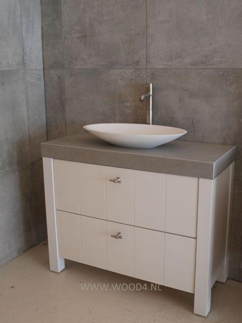 Dit badkamermeubel is een prachtige combinatie tussen landelijk en modern. Het lichtgrijze betonlook blad is van keramiek en geeft een mooi contrast tussen het witte badkamermeubel en de witte Solid Surface waskom. De rvs waskomkraan is daarbij het puntje op de i. by Wood4