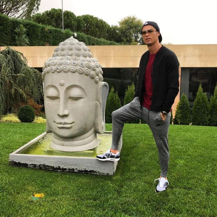 Foto Cristiano Ronaldo Dengan Patung Budha Tuai Reaksi Netizen
